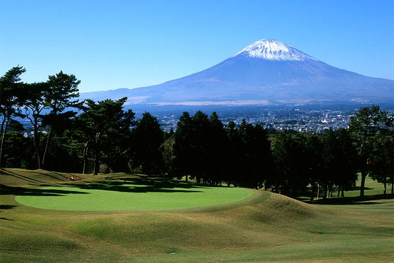 富士山を眺めながらゴルフ