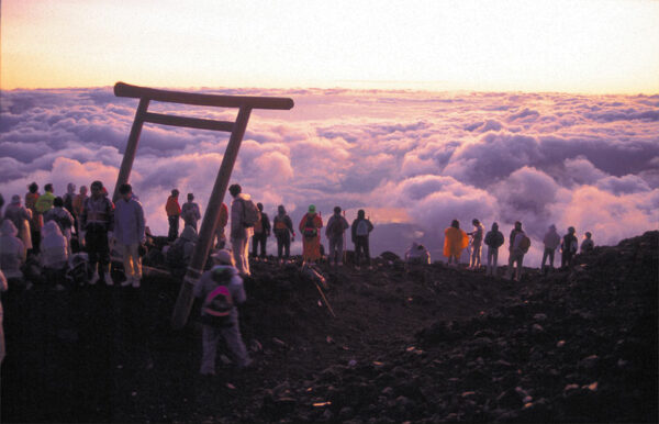 雲を朱く染めながら昇る朝日