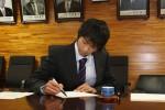 色紙にサインをする手塚プロ