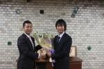 若林市長からバラの花束の贈呈